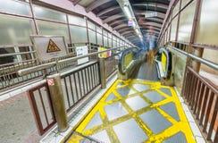 香港- 2014年5月12日:现代自动扶梯在晚上 香港a 免版税图库摄影