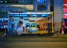 香港- 2015年11月19日:双层汽车电车在晚上 免版税图库摄影