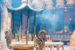 香港- 2015年12月04日:在东华三院文武庙的香火棍子 一famou 免版税库存图片