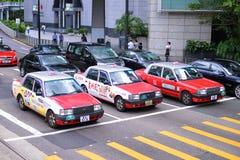 香港- 6月08 :在街道上的出租汽车 库存图片