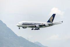 香港- 5月30 :新航空中客车A380在2015年5月30日的香港国际机场到达在香港 Singapo 免版税图库摄影