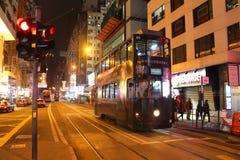 香港- 1月04 :香港夜街道有一辆典型的二层的电车的 图库摄影
