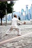年长人在维多利亚港口实践Tai池氏在香港 库存照片