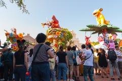 香港-阿梅08 :在迪斯尼乐园香港的晚上游行阿梅的08 2012年在中国 免版税图库摄影