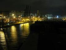 香港从集装箱船的容器口岸夜视图  库存图片