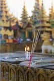 香火和灼烧的蜡烛 免版税库存图片