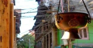 香火和电线在尼泊尔 免版税库存照片