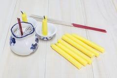 香火棍子和蜡烛在木背景 免版税库存图片