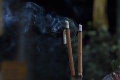 香火灼烧的烟 免版税库存图片