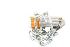 香烟、打火机和链子v 免版税库存照片