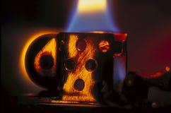 香烟与琥珀色的聚焦的打火机火焰 免版税图库摄影