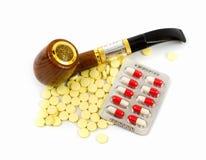 香烟和药片 免版税库存照片