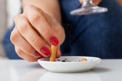 香烟妇女 免版税库存照片