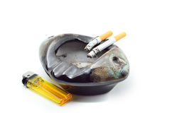 香烟烧伤痕迹和烟灰缸有黄灯的 免版税库存照片