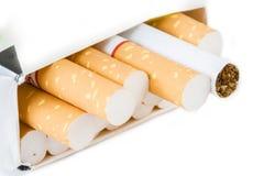 香烟特写镜头在白色背景隔绝的组装的 库存图片