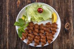香烟kofte,在土耳其和亚美尼亚烹调的一个生肉盘 E 免版税库存图片