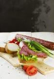 香肠、三明治用莴苣和切片香肠,蕃茄, 库存照片
