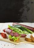 香肠、三明治用莴苣和切片香肠,蕃茄 库存照片