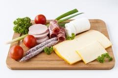 香肠、乳酪和菜在船上 库存照片
