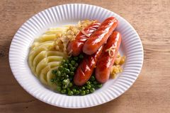 香肠、土豆泥、绿豆和葱小汤 自创砰然作响物和饲料 免版税库存图片