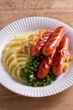 香肠、土豆泥、绿豆和葱小汤 自创砰然作响物和饲料 库存图片