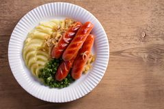 香肠、土豆泥、绿豆和葱小汤 自创砰然作响物和饲料 库存照片