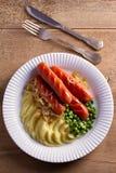 香肠、土豆泥、绿豆和葱小汤 自创砰然作响物和饲料 免版税库存照片