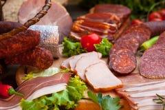 香肠、蒜味咸腊肠、火腿和烟肉 免版税库存图片