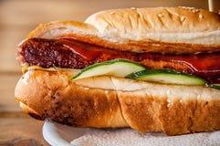 香肠三明治-香肠三明治卷 唯一,不健康 库存照片