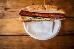 香肠三明治-香肠三明治卷 唯一,不健康 库存图片