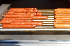 香肠党 户外烤肉大格栅 烤在格栅的热狗 图库摄影