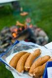 香肠准备好营火烤肉 免版税库存图片