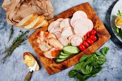 香肠切了不同的种类,黄瓜蕃茄,开胃菜,顶视图 图库摄影