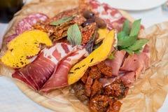 香肠切口用草本、各式各样的蕃茄和油煎方型小面包片 免版税库存照片