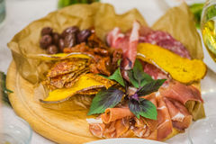 香肠切口用草本、各式各样的蕃茄和油煎方型小面包片 库存照片
