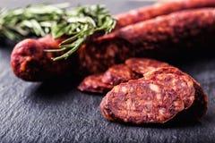 香肠加调料的口利左香肠 西班牙传统加调料的口利左香肠香肠,用新鲜的草本、大蒜、胡椒和辣椒 传统的烹调 免版税图库摄影