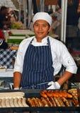 香肠厨师在岩石悉尼的星期六早晨市场上 库存图片