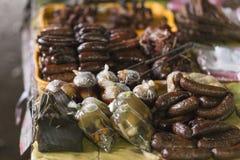 香肠和典型的老挝食物在Muang Khua市场上 免版税库存图片