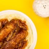 香肠和土豆泥用葱小汤 库存图片