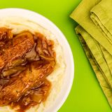香肠和土豆泥用葱小汤 免版税库存照片