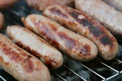 香肠和汉堡在烤肉 库存照片