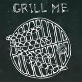 香肠和葱在BBQ格栅 字法盘问我 烤肉商标 在黑黑板背景 免版税图库摄影