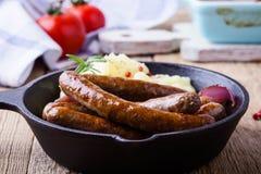 香肠和葱砂锅用土豆饲料 库存图片