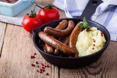 香肠和葱砂锅用土豆饲料 图库摄影