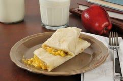 香肠和蛋面卷饼用牛奶 免版税库存图片