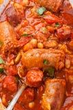 香肠和豆炖煮的食物关闭 免版税图库摄影