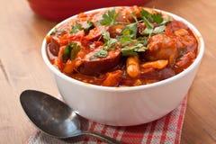 香肠和豆炖煮的食物 免版税库存照片
