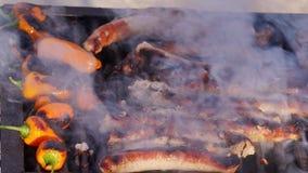 香肠和辣椒粉在烤肉格栅 股票录像
