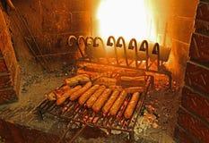 香肠在壁炉的格栅烹调了 免版税库存图片