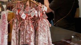 香肠在屠户` s商店的柜台暂停在La Boqueria 巴塞罗那 西班牙 影视素材